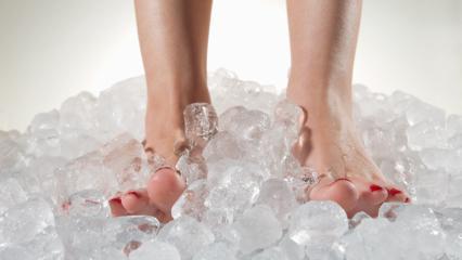 Sürekli ayak üşümesi! Ayak üşümesi neden olur & Ayak üşümesine ne iyi gelir?