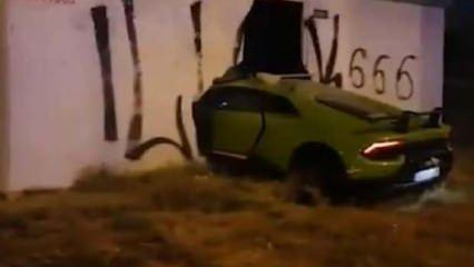 325 Km hızla duvara girdi! Lüks aracı paramparça etti