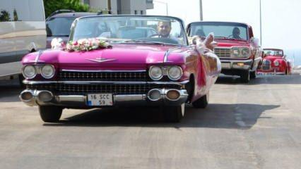 Klasik otomobillerle nostaljik düğün konvoyu