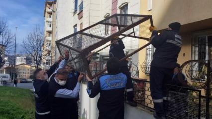 Evin balkonunu kümese dönüştürdü, kötü koku şikayetiyle gelen zabıta ceza yazdı!
