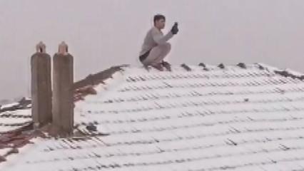 Esenler'de akıl almaz görüntü! Canını hiçe sayarak çatıya çıktı