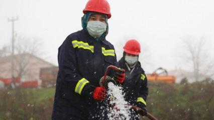 Şalvarlı yangın avcısı kadınlar, köylerini alevlerden koruyor