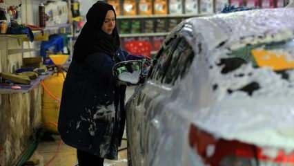İki üniversite mezunu Um Rrıza, Bağdat'ın ilk kadın oto tamircisi oldu
