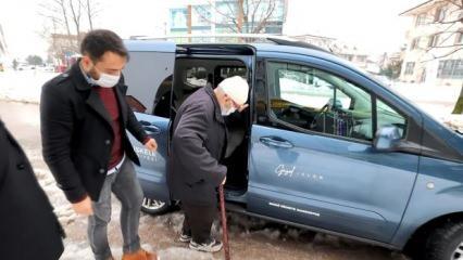 80 yaşındaki amcanın sözleri sosyal medyada büyük ilgi gördü: 'Arabanız pislenmesin yavrum'