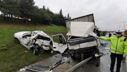 Son dakika haberleri... TEM'de kamyon ile minibüs çarpıştı: Yoğun trafik oluştu