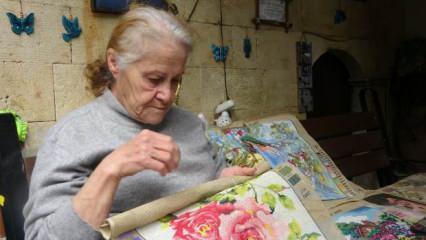 Hatay'da 72 yaşındaki kadın annesinden öğrendiği 'goblen' sanatıyla hayata tutunuyor!