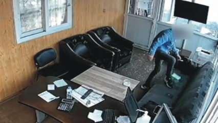 İş yerine giren hırsız sadaka kutusunu çaldı