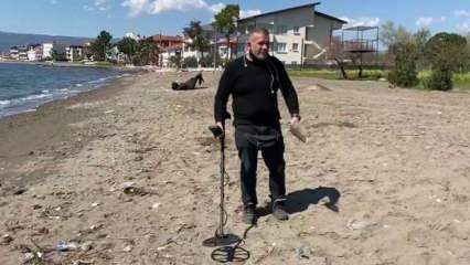 Dedektörle sahilde altın arayan adam görenleri şaşırtıyor!