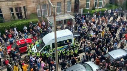 Avrupa'da ibretlik görüntüler! 2 Müslüman için polise karşı etten duvar ördüler