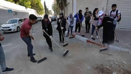 Filistinli gençler, İsrail'in Gazze'de neden olduğu enkazı temizliyor