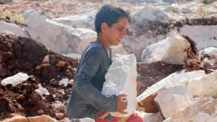İdlib'te 10 yaşındaki İbrahim abisiyle birlikte taş kırarak ailesini geçindiriyor!