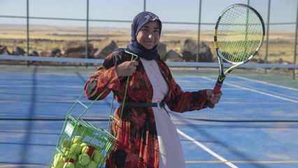 Şanlıurfalı 3 çocuk annesi Fatma Karakeçi, kızı için yöresel kıyafetleriyle tenis kortuna çıktı