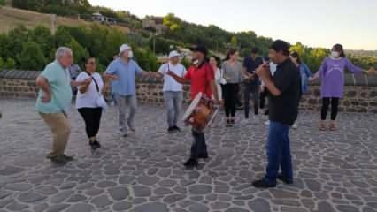 Diyarbakır'da bin yıllık köprüde tarihi halay