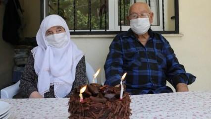 İzmir'de vefa ekibi 90 yaşındaki çiftin 67. evlilik yıl dönümünü kutladı