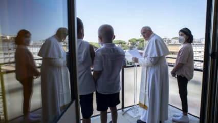 Papa Franciscus pazar duasını hastane balkonundan yaptı