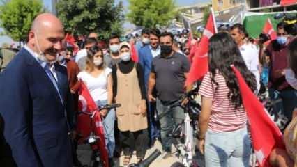 İçişleri Bakanı Soylu halkla bayramlaşıp bisiklet sürdü