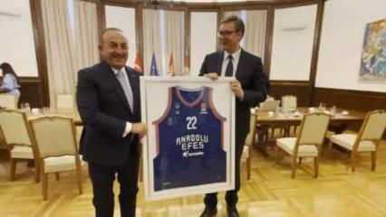 Bakan Çavuşoğlu'dan Sırbistan Cumhurbaşkanı Vuçiç'e forma hediyesi
