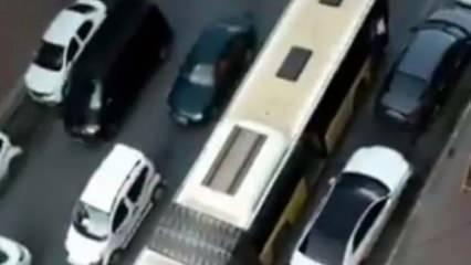 Bir İETT otobüsü daha yolda kaldı! Trafik kilitlendi