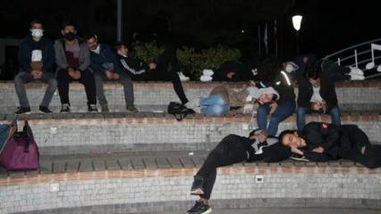 Kiralara tepki gösteren öğrenciler geceyi parkta geçirdi