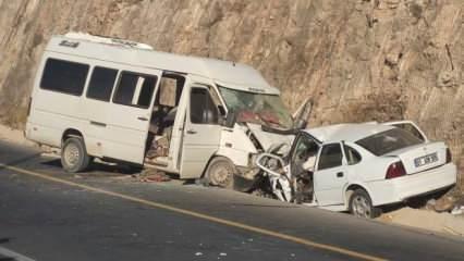 Şanlıurfa'da ters yönde giden minibüs otomobille çarpıştı: 1 ölü 16 yaralı