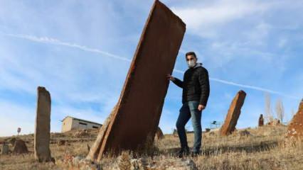 Sivas'ta insan boyunu aşan uzunlukta dev mezar taşları!